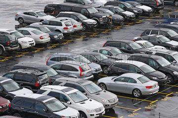Bremerhaven  Deutschland  Neuwagen der Luxusklasse parken im Hafen