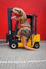 Dinosaurier faehrt Gabelstapler