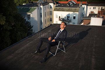 Geschaeftsmann auf dem Dach