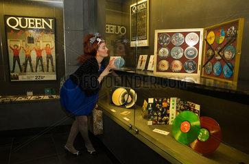 Barcelona  Spanien  Frau am Schaufenster des Museu del rock