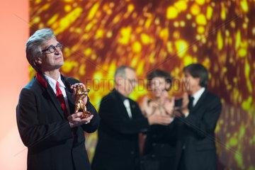 Berlin  Deutschland  Wim Wenders mit dem Goldenen Ehrenbaeren