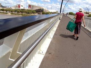 Australien: Frau auf Bruecke ueber den Brisbane River