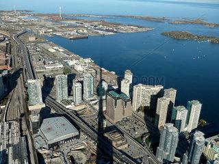 Blick vom CN Tower auf Hafen und Downtown Toronto