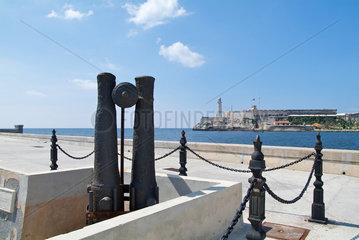 Havanna  Kuba  Blick von der Malecon ueber das Hafenbecken auf El Morro