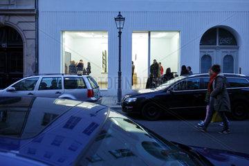 Berlin  Deutschland  Gallery Weekend  Besucher einer Galerie in der Linienstrasse