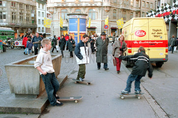 Kinder beim Skateboardfahren  Basel  Schweiz