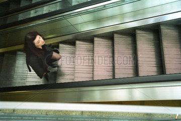 Berlin  Frau auf einer Rolltreppe  Bahnhof Alexanderplatz