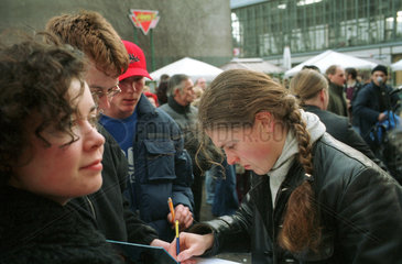 Berlin  Paddy Kelly von der Kelly Family gibt Autogramme