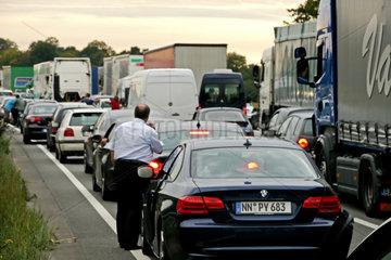 Stau auf der Bundesautobahn A2 nach einem LKW-Unfall