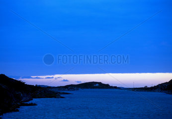 Kueste in der Abenddaemmerung bei Torghatten  Norwegen