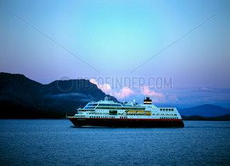 Torghatten  Norwegen  Hurtigrutenschiff MS Midnatsol