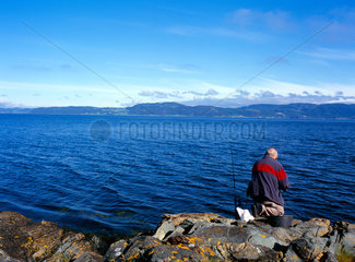 Norwegen  ein Angler am Trondheimsfjorden