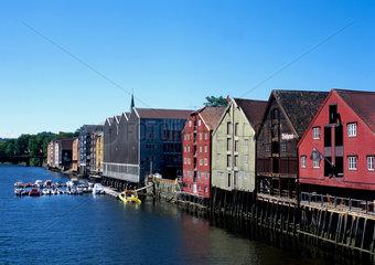 Norwegen  Trondheim  die Pfahlbauten am Nidelv