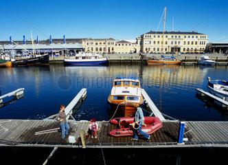 Trondheim  Norwegen  eine Familie auf einem Bootssteg