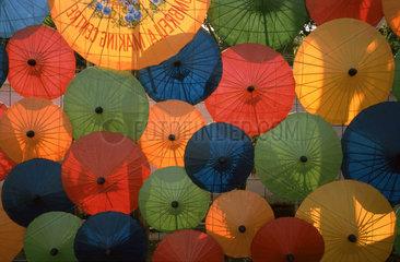 Papierschirme auf einem Markt in Chiang Mai  Thailand