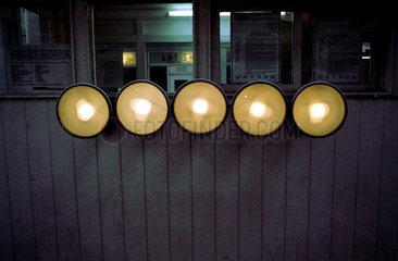 Abendliche Beleuchtung am Checkpoint Charlie