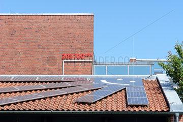 Solarzellen auf einem Schuldach