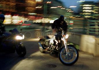 Motorradfahrer im naechtlichen Hamburg am Strassenrand