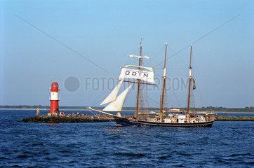 Warnemuende  ein Segelboot verlaesst die Hafeneinfahrt