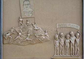 Skulptur Global Players von Peter Lenk