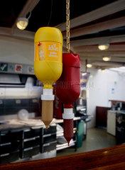 Senf- und Ketchupspender