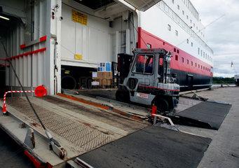 Stokmarknes  Norwegen  Beladung des Hurtigrutenschiff Richard With