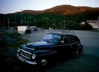 Norwegen  ein alter Volvo 544 B18 am Flakkfjord