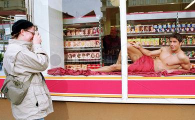 Berlin  Deutschland  ein leicht bekleideter Mann in einem Schaufenster