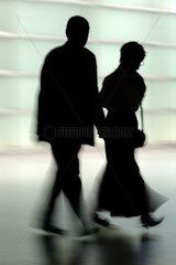 Die Silhouette eines Paares mittleren Alters