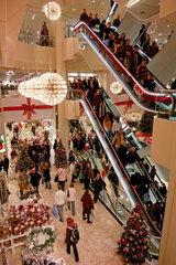 Volles Kaufhaus in der Vorweihnachtszeit