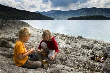 Kinder beim Picknick am Walchensee