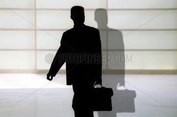 Silhouette eines Mannes mit Aktentasche und Schatten