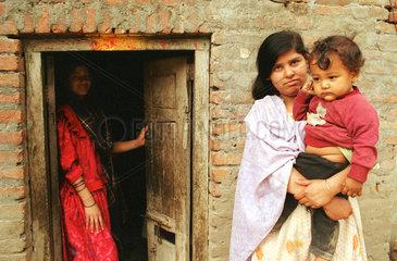 Mutter mit Kind und juengere Schwester in Nepal
