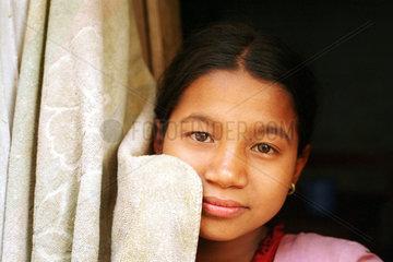 Portrait eines Maedchens mit Vorhang in Nepal