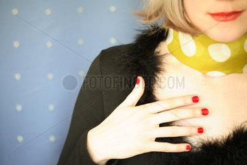 Hand  laechelnder Mund und Dekolletee einer Frau