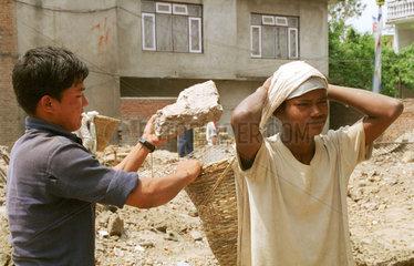 Junge arbeitet auf einer Baustelle in Nepal