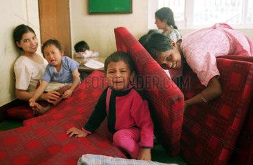 Maedchen und ein weinender Junge im Haus der Hilfsorganisation CWIN in Nepal
