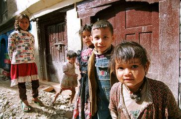 Aermlich aussehende Kinder in Nepal