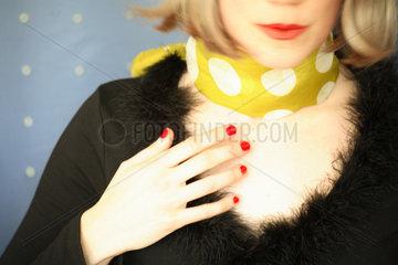 Hand  redender Mund und Dekolletee einer Frau