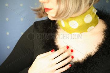 Mund  Dekolletee und Hand einer Frau