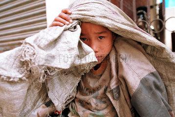 Ein Junge mit einem Sack voll Abfall in Kathmandu  Nepal