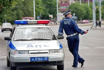 Verkehrspolizist am Streifenwagen  Kaliningrad  Russland