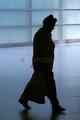 Die Silhouette einer Seniorin
