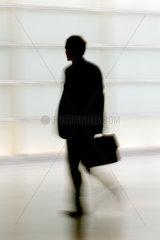 Silhouette eines Mannes mit Aktentasche