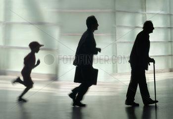 Silhouette eines Jungen  eines Mannes und eines Seniors