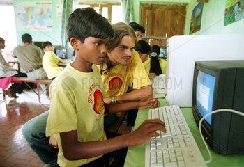 Computerkurs fuer Kinder in Nepal