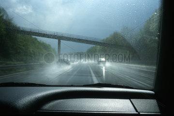 Autobahnfahrt bei schlechter Sicht im Regen