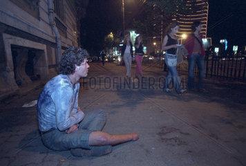 Invalider Bettler auf einem Buergersteig in Bukarest