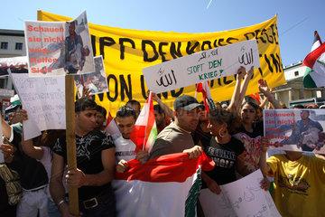 Berlin  Libanesen und Palaestinenser protestieren gegen den Militaereinsatz Israels
