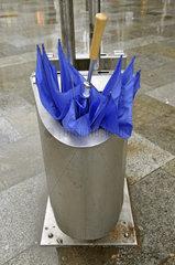 Kaputter Regenschirm im Abfalleimer
